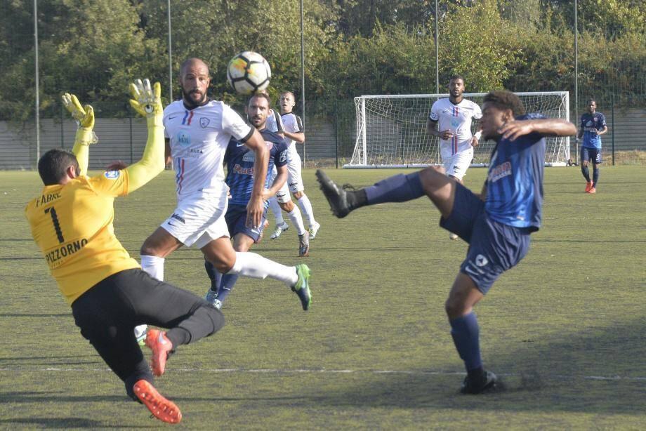 Fabre et la défense étoiliste ont tenu la baraque en fin de match, hier à Grasse.