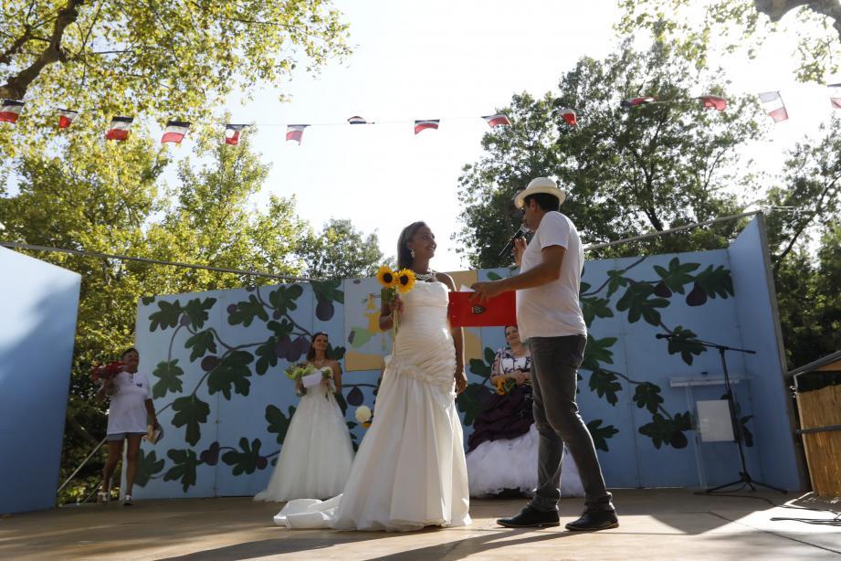 Chaque candidate a porté une robe de mariée et défilé sur le podium au cœur du village, hier après-midi.