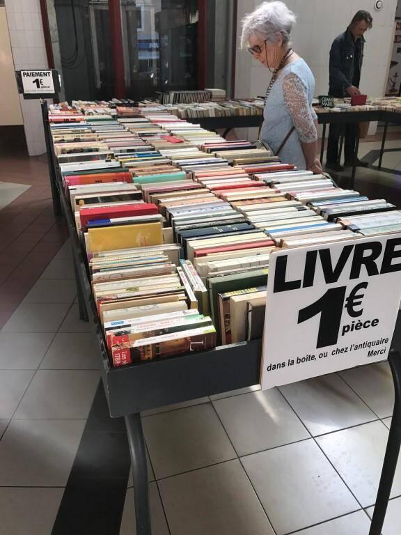 Régulièrement, au rez-de-chaussée du centre d'activités de la gare, des curieux viennent jeter un coup d'œil, et se choisissent parfois un livre.