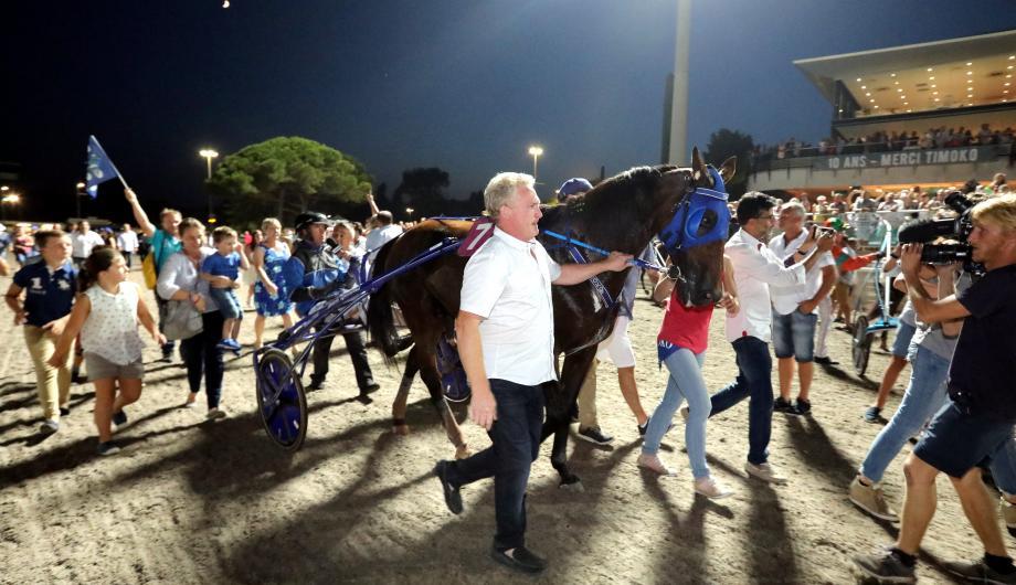 L'euphorie des grands soirs, hier, à l'hippodrome avec la victoire historique de Timoko lors du Grand Prix du Département des Alpes-Maritimes. Les fans ont envahi la piste pour acclamer les deux héros de la soirée.