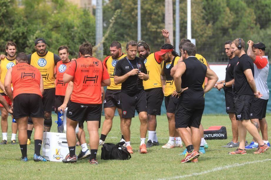 Après quatre rencontres amicales considérées comme du travail d'opposition par le nouveau manager toulonnais, ici aux côtés de son capitaine Bastareaud,  l'heure de vérité sonne aujourd'hui pour Fabien Galthié et ses hommes face aux joueurs de la Section paloise.