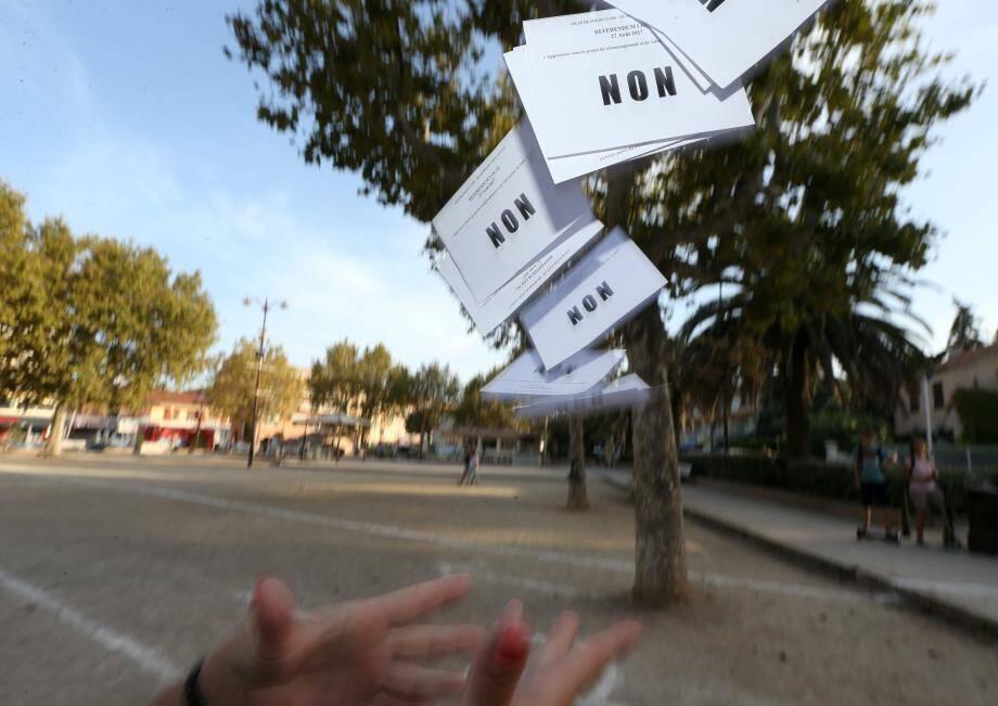 Les Aygulfois ont voté, hier, en majorité contre la construction d'un programme immobilier sur la place de la Poste.