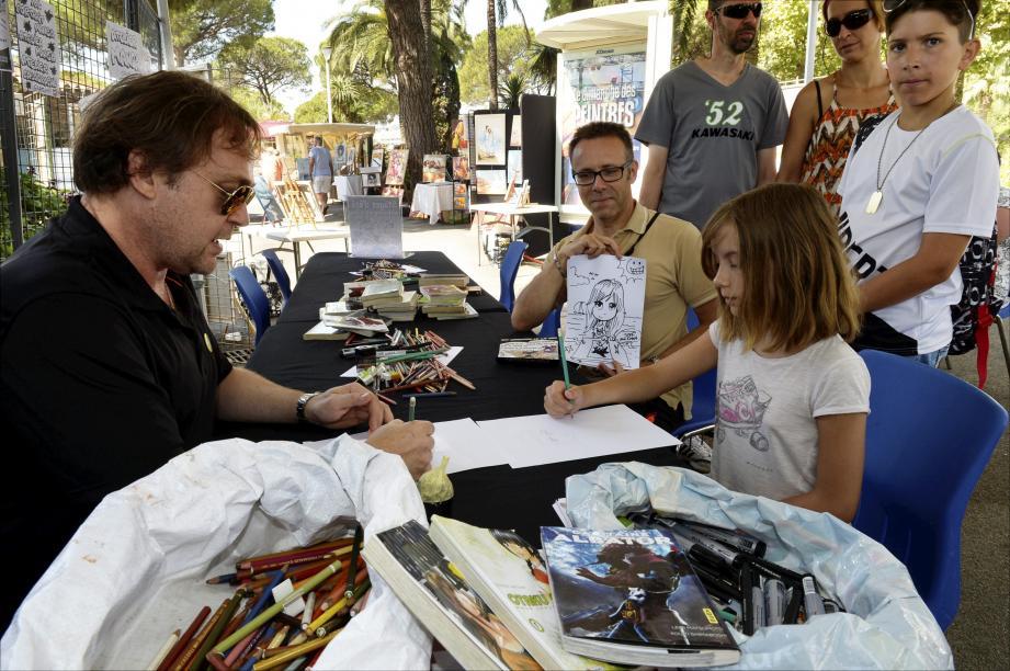 La jeune Emma ne manque pas une recommandation de Stéphane de la Hoya, qui animait hier un atelier gratuit sur l'art du manga.