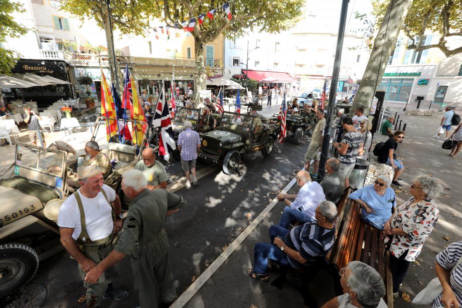 Les passionnées de l'association 509 Géronimo ont fait revivre l'ambiance festive de la Libération en présentant de nombreux véhicules militaires de l'époque, place du Grand-Jardin.