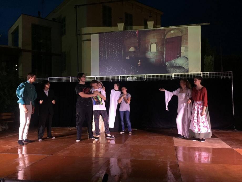 Les élèves de l'école Gérard-Philipe ont livré une interprétation surprenante de Roméo et Juliette.