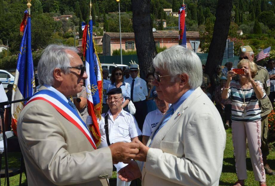 Le maire remettant à Francis Venys la médaille de la ville en reconnaissance de l'engagement de toute une vie au service des autres.