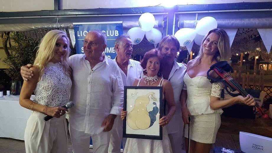 Les gagnants de la tombola M. et Mme Cuny (au centre).