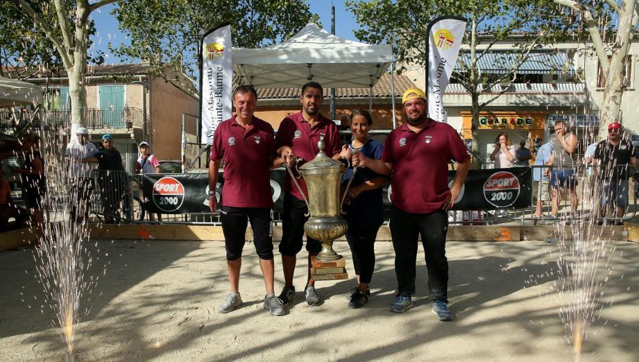 Thierry Terreno, Anthony Kerfah et Laurent Matraglia avec l'imposant trophée des vainqueurs.