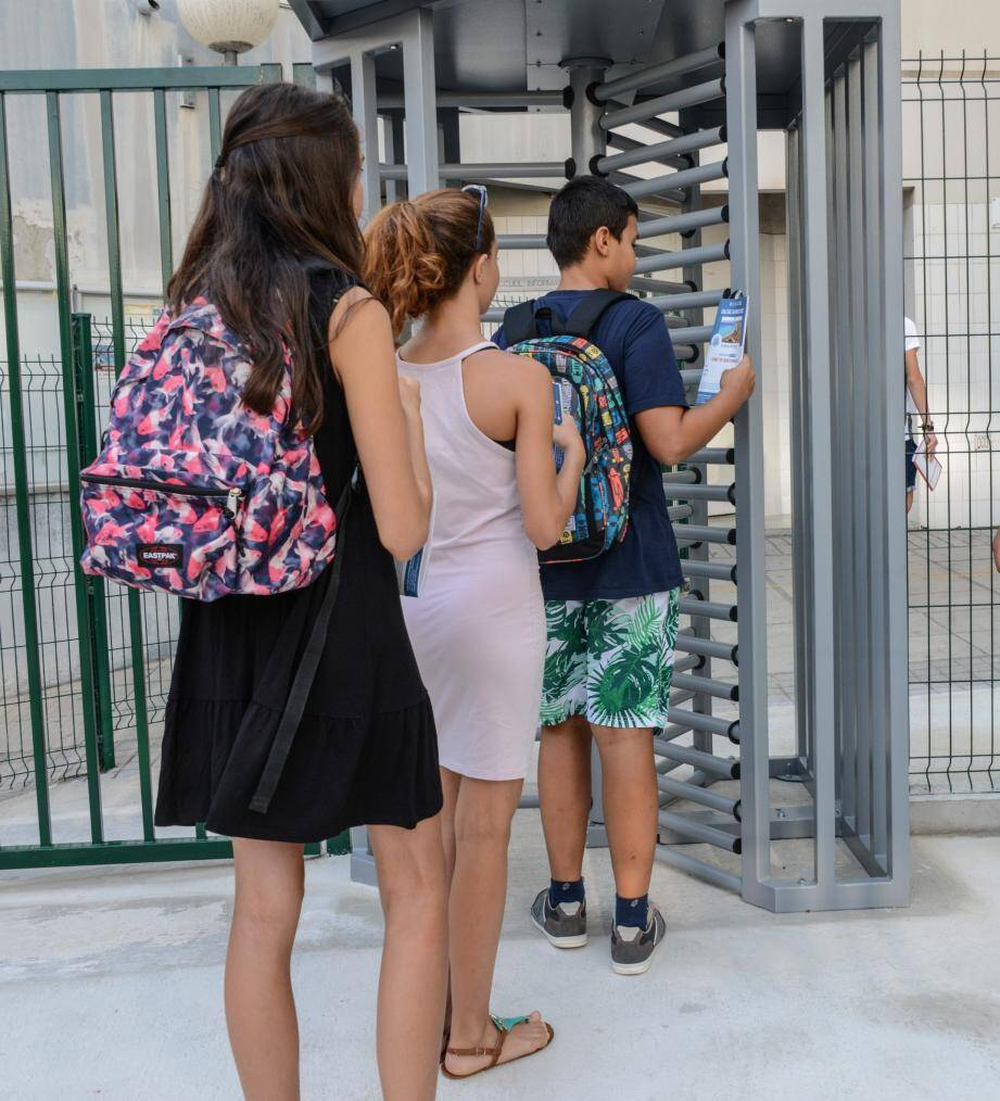 Des tourniquets d'accès déclenchés par puces électroniques ont fait leur rentrée au collège Daudet. Comme dans trois autres collèges des A.-M.