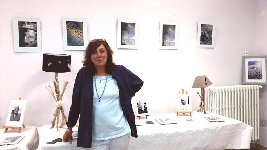 Mando Touraine propose en plus de son exposition photographique des lampes et des miroirs en bois flotté et accueille Danick et ses bijoux.