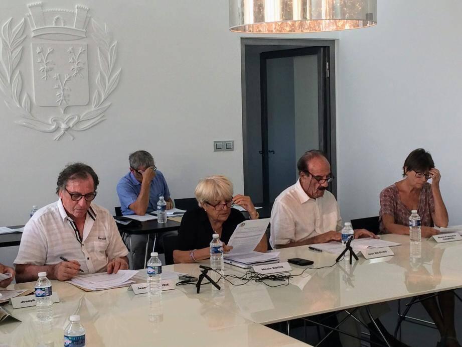 Suite à la démission de l'ex-7e adjointe, la maire Nicole Boizis (au centre) et son conseil municipal ont installé un nouvel élu. Jean-Paul Sainte-Marie siège donc au sein de la majorité municipale (photo de droite).