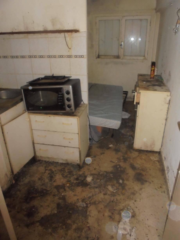 La saleté de cette chambre contamine les logements mitoyens et dissuade les autres résidents d'entrer chez eux.