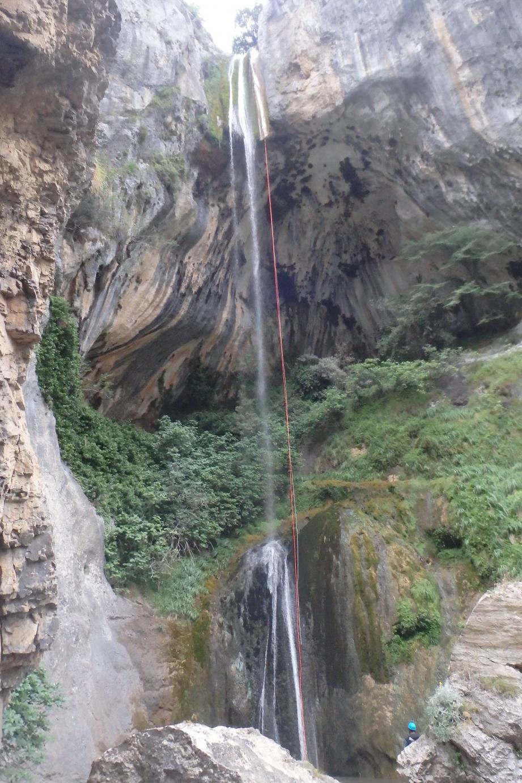Canyoning : fin de stage par 65 mètres en rappel à la cascade du Bes de Courmes.