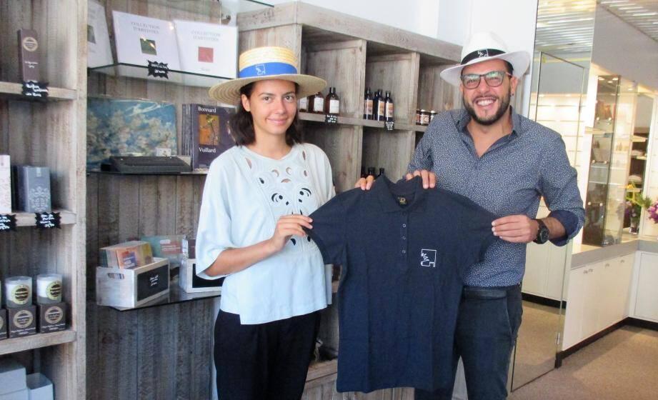 Walid Chaabani et Camilla présentent un polo brodé du logo de la Ville.