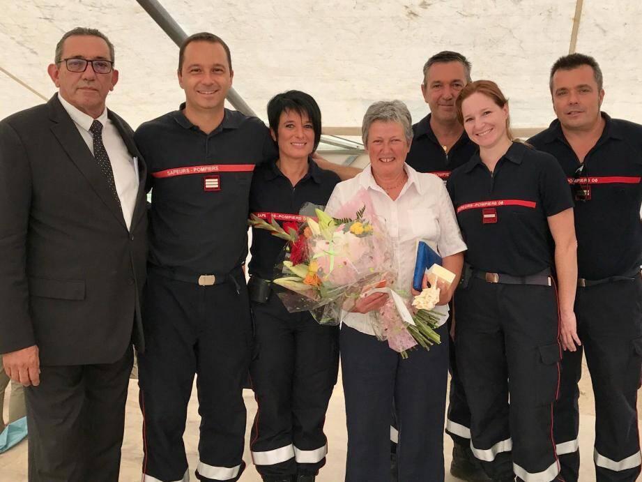Martine entourée par le maire Claude Bompar à gauche, à sa droite de Karine infirmière du CS Andon, du capitaine Pierre Misarelli et de ses collègues du SSSM.