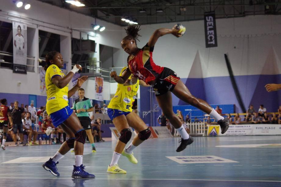 Jannela Blonbou et ses coéquipières se sont heurtées à la solidité défensive des championnes de France.