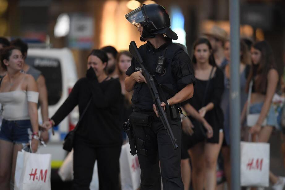 Un policier à Barcelone, après l'attentat ayant causé la mort de 18 personnes.