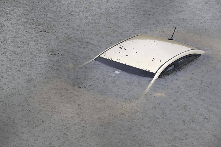 Une voiture submergée par les eaux à Houston.