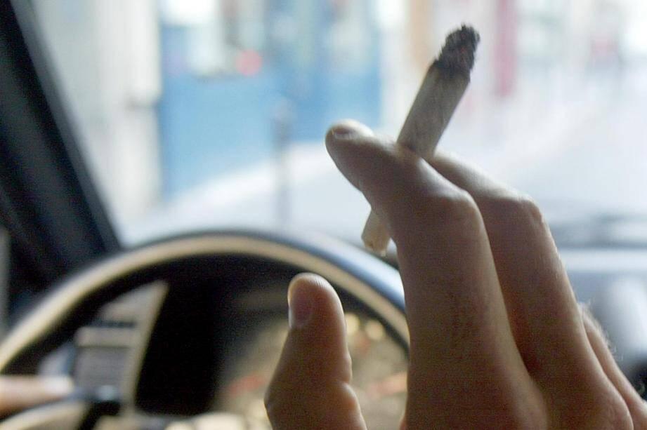 Image d'illustration dune personne fumant au volant.