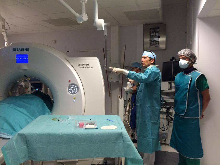 Une fois par semaine en moyenne, le dr Brunner congèle et tue les tumeurs en une seule et unique séance de cryothérapie.