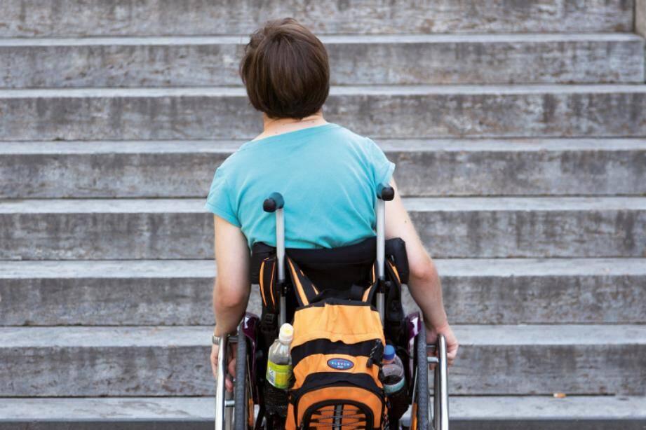 Image d'illustration d'une personne en fauteuil roulant.