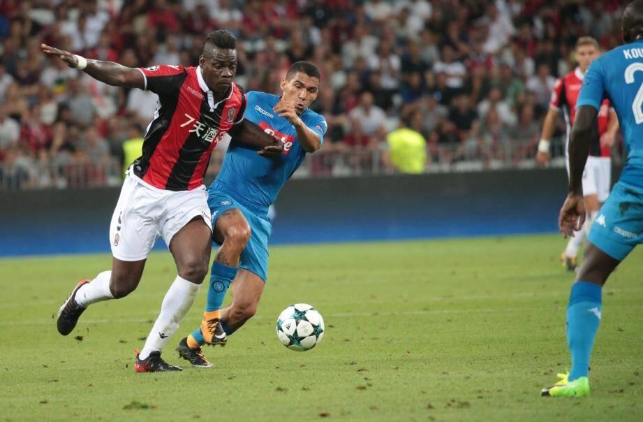 Mario Balotelli à la lutte contre Naples.