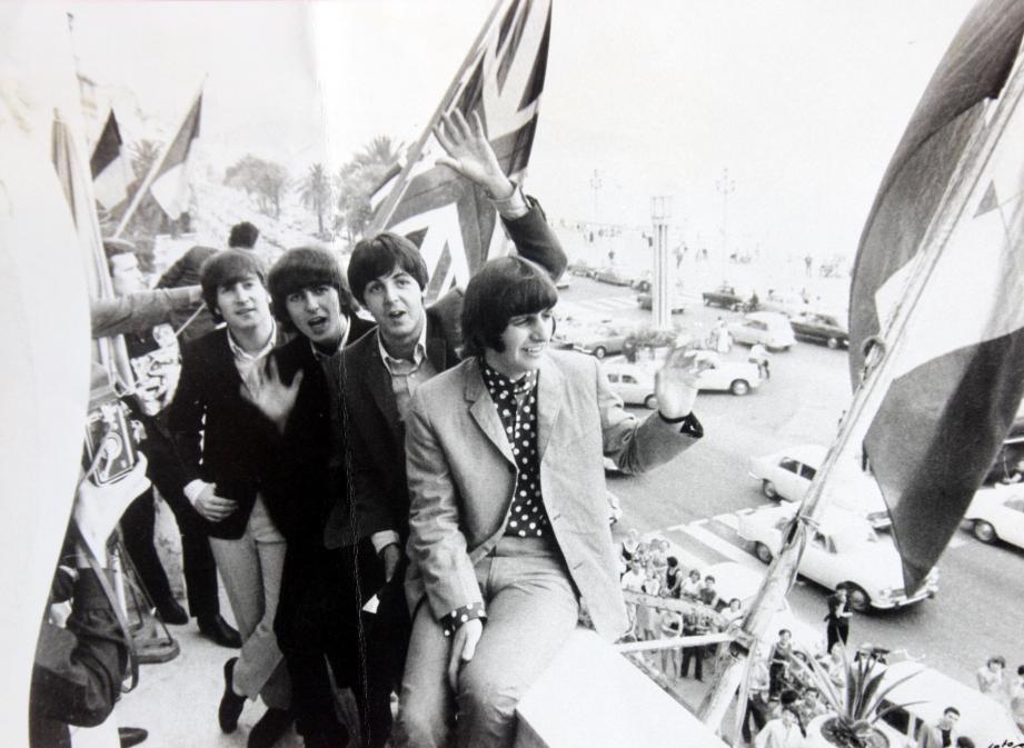 Les Beatles saluent leurs fans venus les acclamer devant le Negresco.