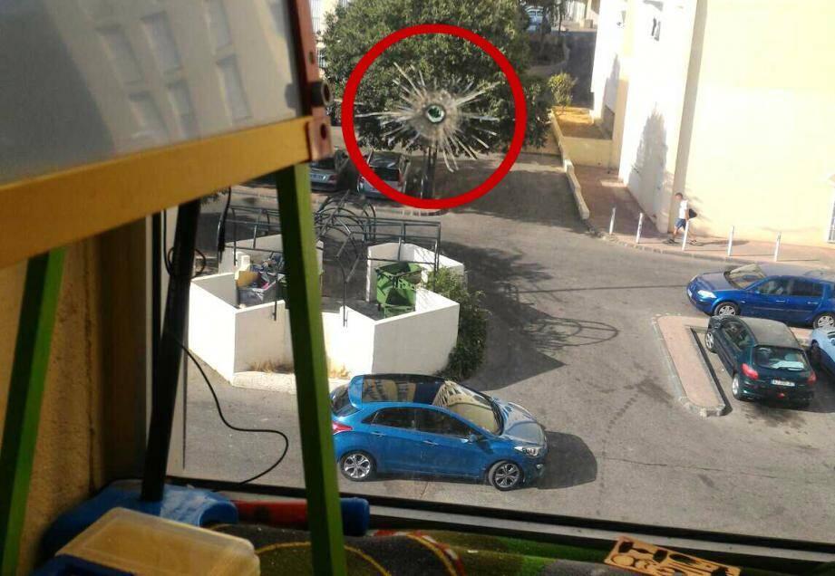La balle a traversé la fenêtre d'une chambre d'enfant.