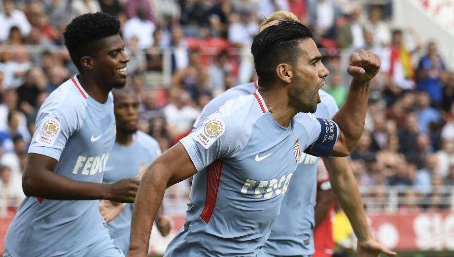 Monaco's Colombian forward Radamel Falcao (C) reacts after scoring a goal during the French Ligue 1 football match between Dijon FCO and AS Monaco, on August 13, 2017 at Gaston Gerard stadium in Dijon, northern France. / AFP PHOTO / PHILIPPE DESMAZES FBL-FRA-LIGUE1-DIJON-MONACO