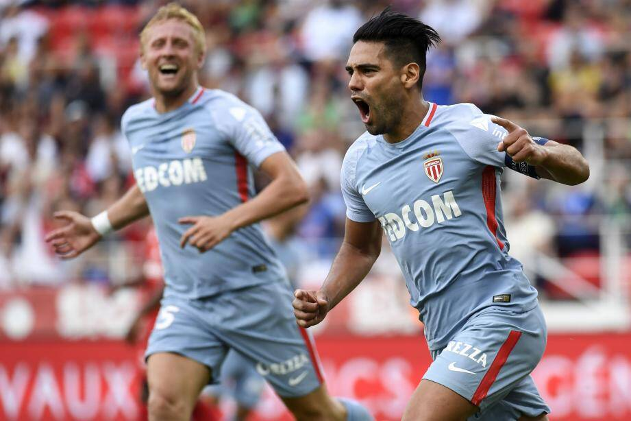 Monaco's Colombian forward Radamel Falcao (R) celebrates after scoring his third goal during the French L1 football match between Dijon FCO and AS Monaco, on August 13, 2017 at Gaston Gerard stadium in Dijon, northern France. / AFP PHOTO / PHILIPPE DESMAZES FBL-FRA-LIGUE1-DIJON-MONACO