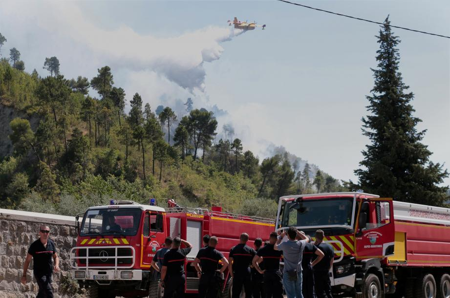 Les secours lors du feu de forêt sur Lucéram.