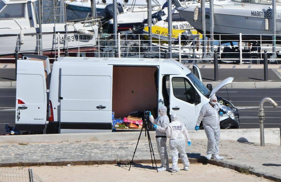 La camionnette dans laquelle un homme a foncé sur deux Abribus à Marseille.