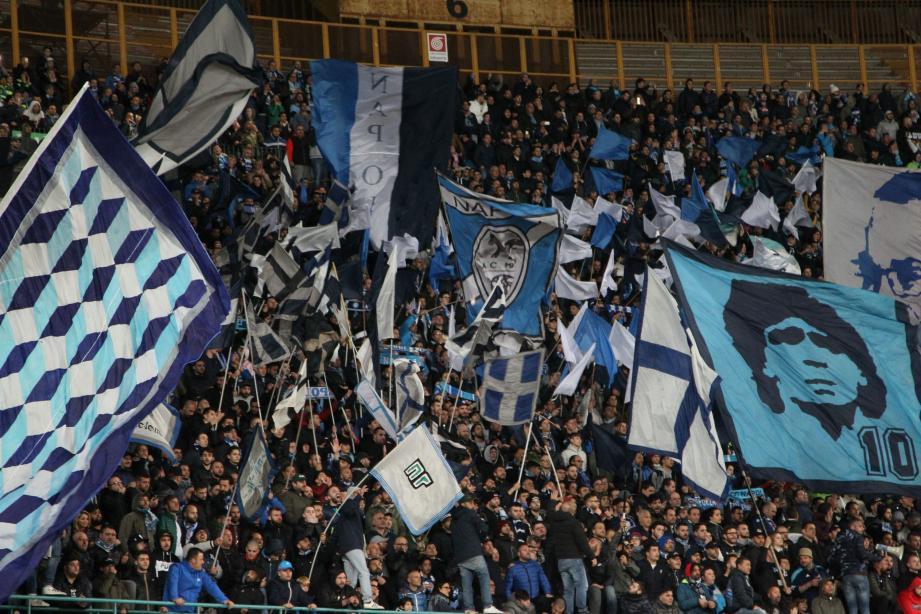 Les bouillants supporters napolitains sont de véritables passionnés qui mettent une ambiance exceptionnelle tout en essayant de déstabiliser l'adversaire.