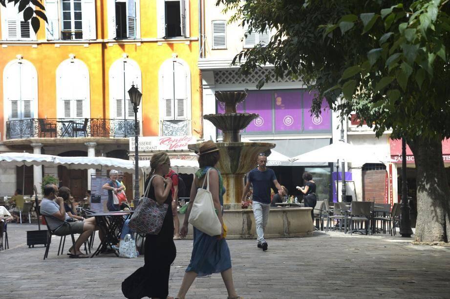 La place aux Aires (aire de battage du blé d'où son nom) a été aménagée au XIXesiècle au-dessus d'un canal où court encore aujourd'hui un bien précieux: l'eau de la Foux qui alimente la ville depuis le Moyen-âge. Au départ horsles murs, la place aux Aires était un champ !