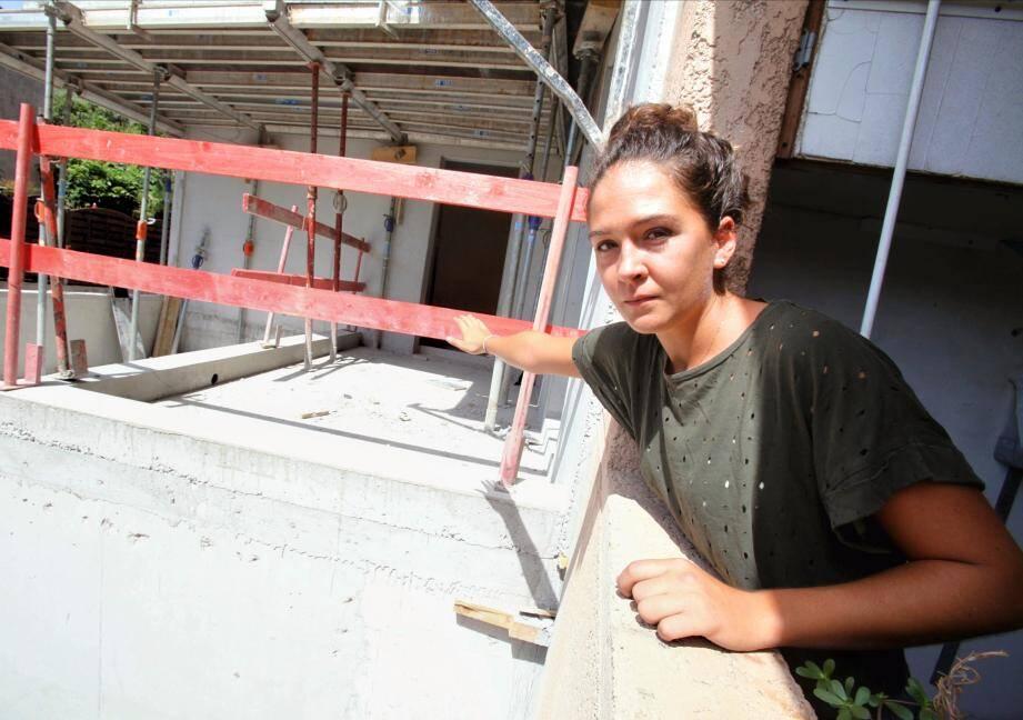 Linda, l'une des deux filles de Laurence Salmeron, peut presque atteindre le chantier voisin en tendant son bras.