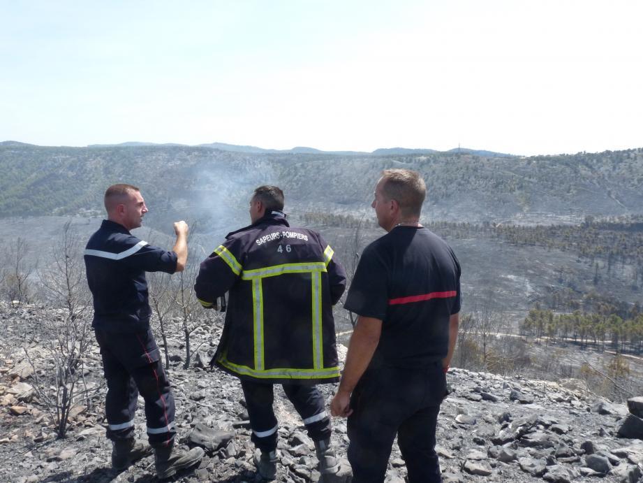 Bruno Marcelle (à droite) repère les reprises de feu pour mieux les indiquer à l'hélicoptère qui patrouille.(