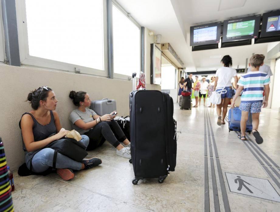 Dans les gares du département, souvent la même scène. Les yeux rivés sur l'écran qui indique les horaires des trains, les passagers patientent... De longues heures de galère comme ici, à Saint-Raphaël.