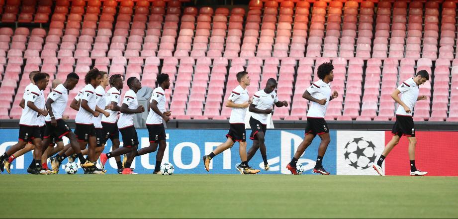 Les joueurs de l'OGC Nice s'entraînent sur la pelouse du stade San Paolo de Naples.