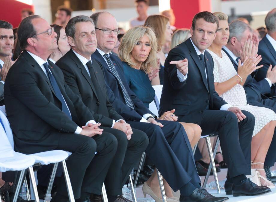 Nicolas Sarkozy à la tribune pendant les commémorations du 14-Juillet à Nice avec Emmanuel et Brigitte Macron, le prince Albert II de Monaco et François Hollande.
