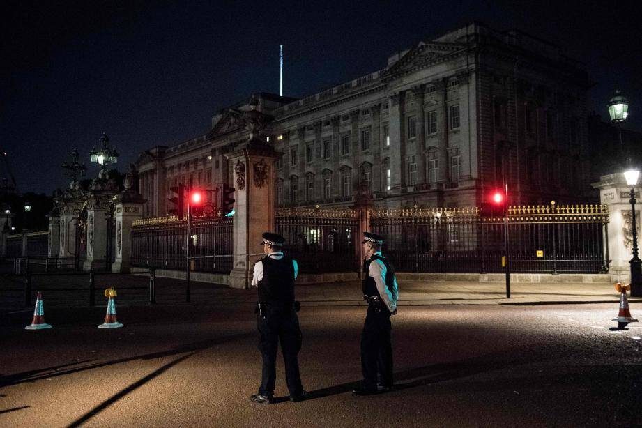 Des policiers devant le palais de Buckingham après l'attaque de plusieurs policiers au couteau.