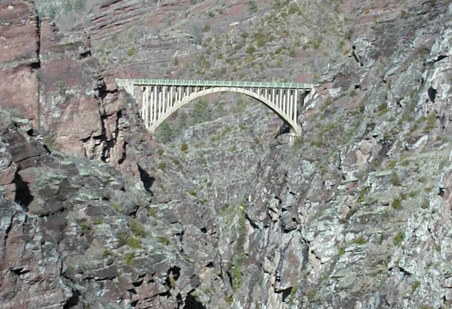Le pont de la mariée, près des gorges de Daluis.