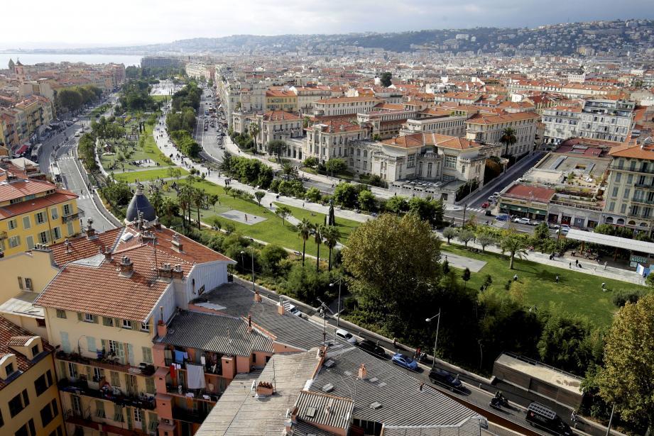 Promenade du Paillon qui traverse la ville de Nice. Promenade du paillon