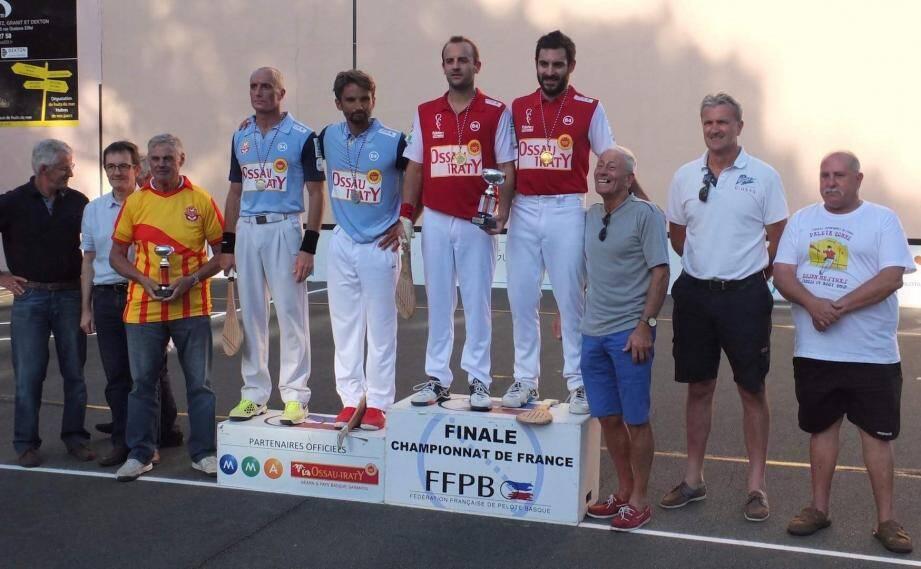 La déception se lit sur le visage de Fabien Cotta (en bleu à gauche sur le podium), après la finale perdue.