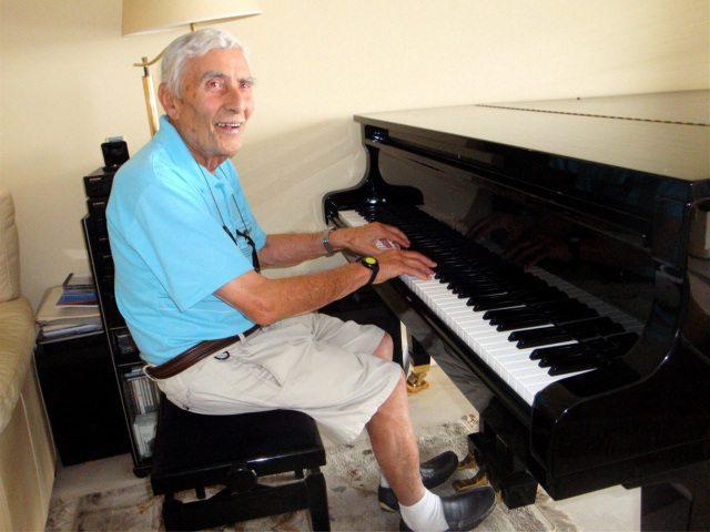 Le célèbre compositeur et chef d'orchestre Caravelli n'a pas perdu son talent de pianiste.(DR)
