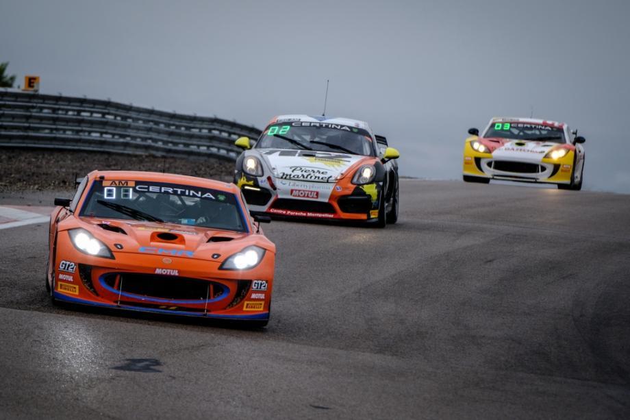 Sur le tapis glissant du circuit de Dijon, le ''rookie'' Stéphane Tribaudini s'est joué de la concurrence pour imposer sa Ginetta G55. Déjà vainqueur !