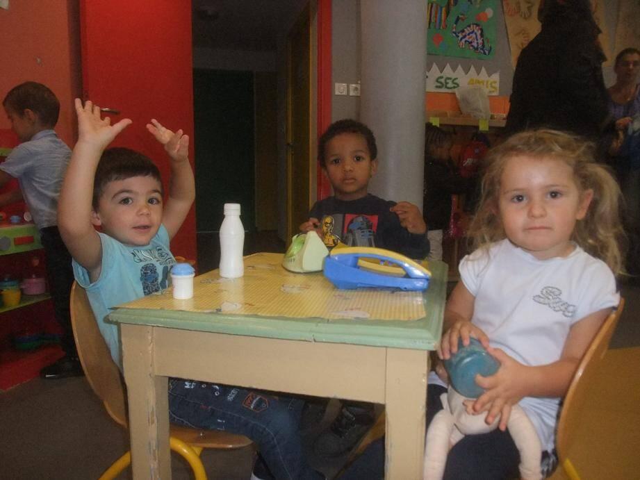 Valentin et Raphaël, en petite section, se lancent dans la grande  aventure de l'école, en compagnie d'Elisa, une « ancienne » qui rentre en moyenne section.