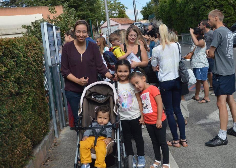 Les parents étaient très impatients de savoir comment s'était passée la matinée de leurs bouts de chou, à la sortie de la maternelle Jules-Ferry.