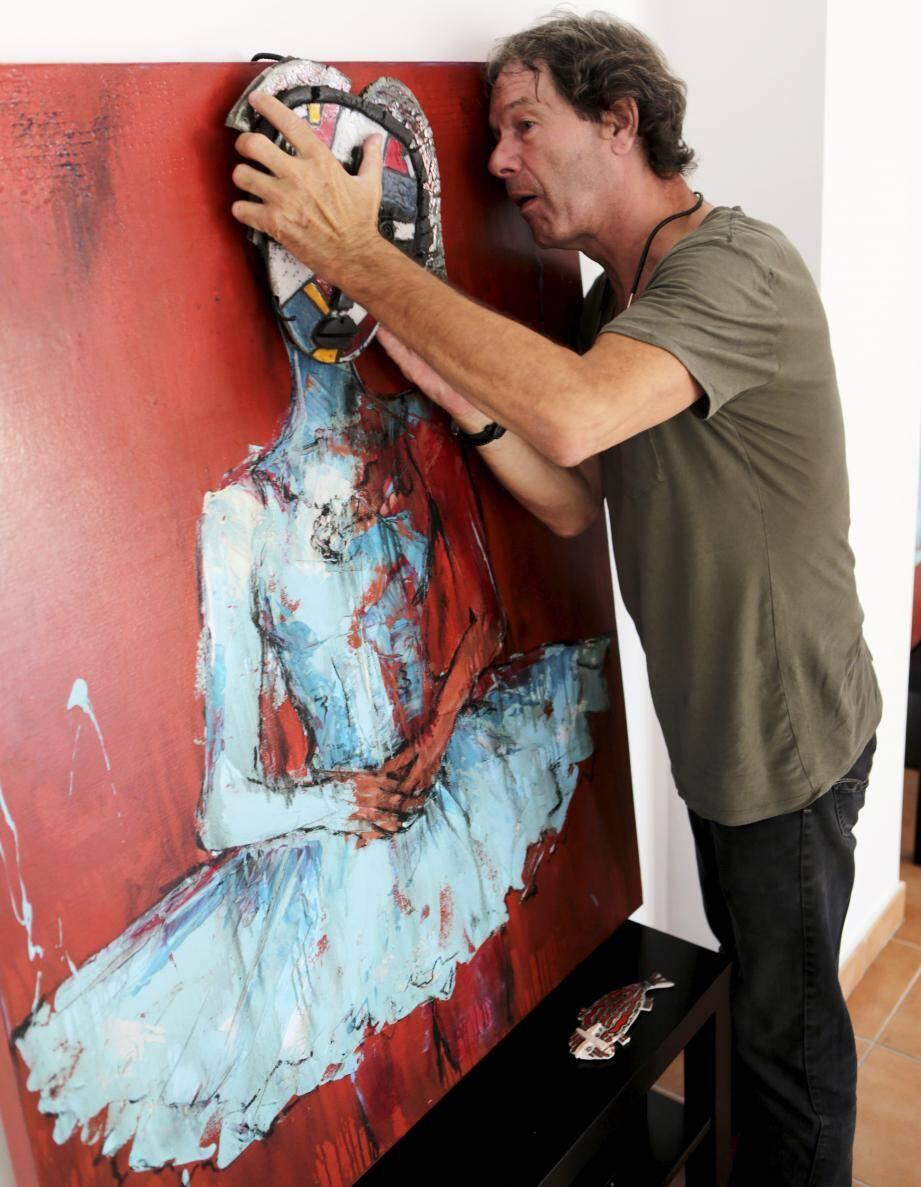 Le céramiste collabore aussi avec d'autres artistes comme ici avec une œuvre du peintre Nadine Defer.