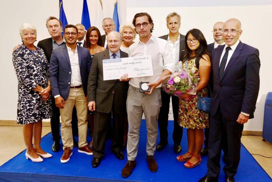 C'est le professeur Alain Pompidou qui a remis, hier après-midi, le Prix Claude Pompidou d'une valeur de 100 000 euros au professeur Alain Buisson.(DR)