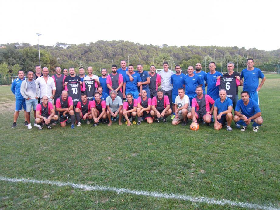 Les équipes de Flassans (avec de nouveaux maillots) et Pignans réunies avant le match de classement.